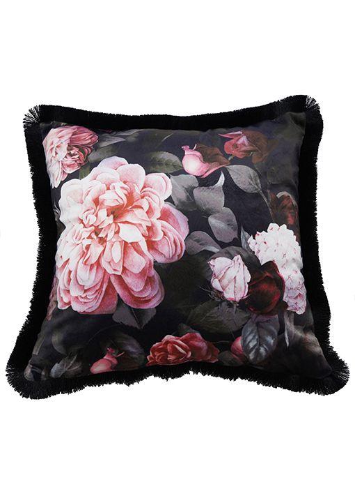 Kuddfodral Eliza, sammetskudde med vackert rosa rosor på svart botten.