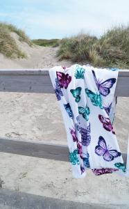 Beachfrotté Fjäril, vit botten med vackra fjärilar i klara färger, lila/turkos