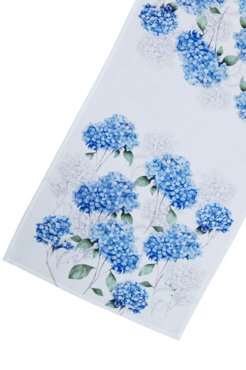 blå bordlöpare med vit spets och mönster av blommor, hortensia