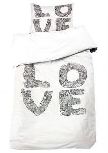 Bäddset Love, häftigt stormönstrat, svart tryck på vit botten.