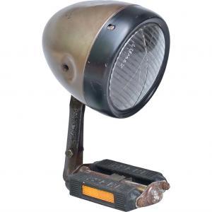Vita lampa av gammal bilstrålkastare och cykelpedal