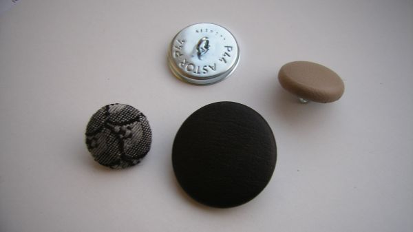 KNAPP 24 mm svart vinyl