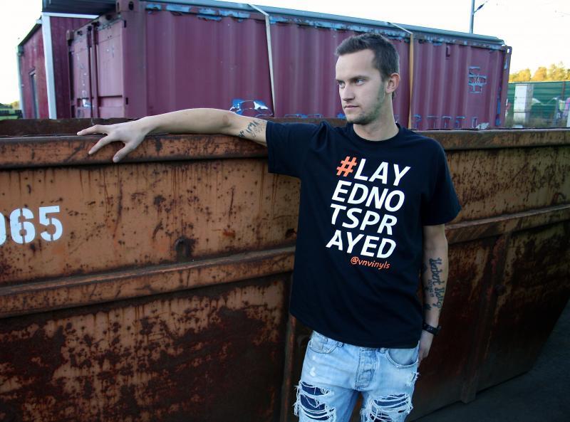 Powered by VN Vinyls, #LAYEDNOTSPRAYED T-Shirt Svart