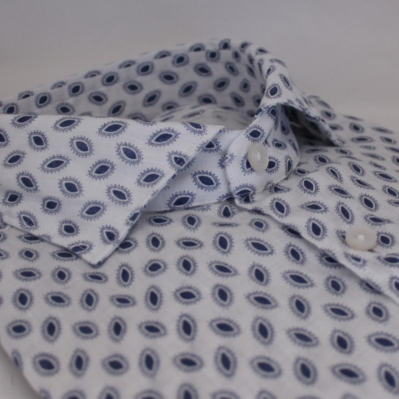 Vit linneskjorta med print