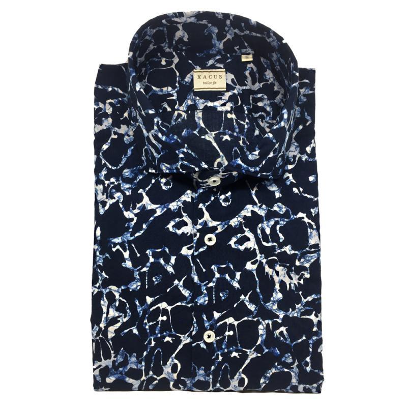 blå printad skjorta