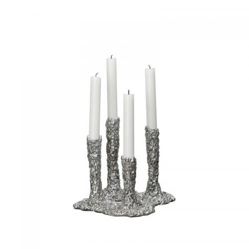 Ljusstake i kvadrat för fyra ljus i olika höjd, Ljustake i smält silver. Mått: höjd 19 x 21 cm.
