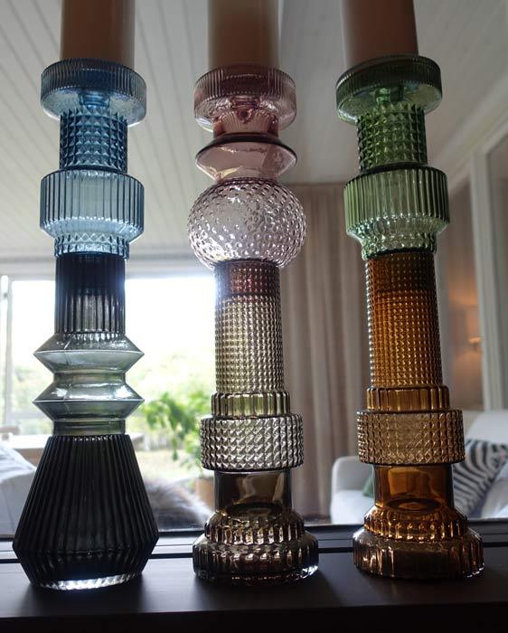 höga ljusstakar i modern retro stil