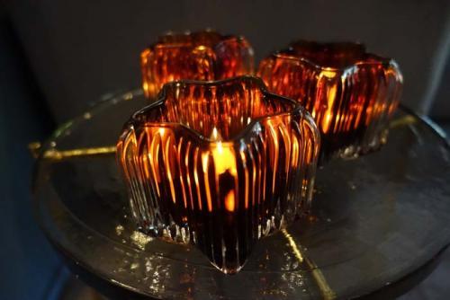 ljuslyktor i färgat glas ger ett ombonat varmt ljus