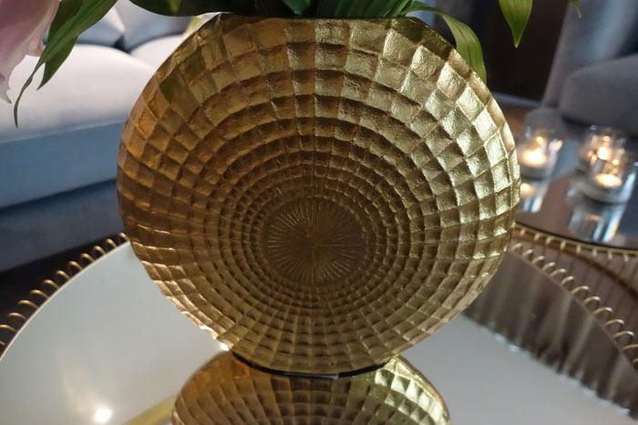 Stor vas i matt guldfinish - dekorativ i ett stilleben