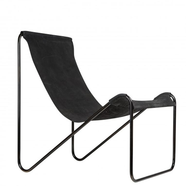 Elegant svart läderfåtölj i stilren design