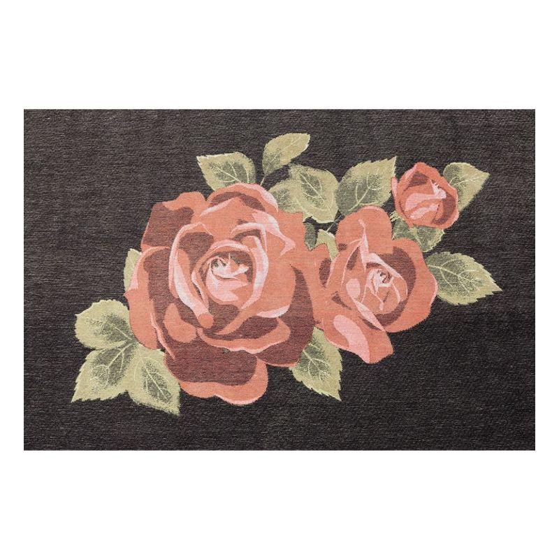 En härlig svart matta med stor vacker rosa ros