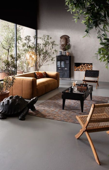 Modern inredning i mörka träslag, rotting och konjaksfärgat läder.