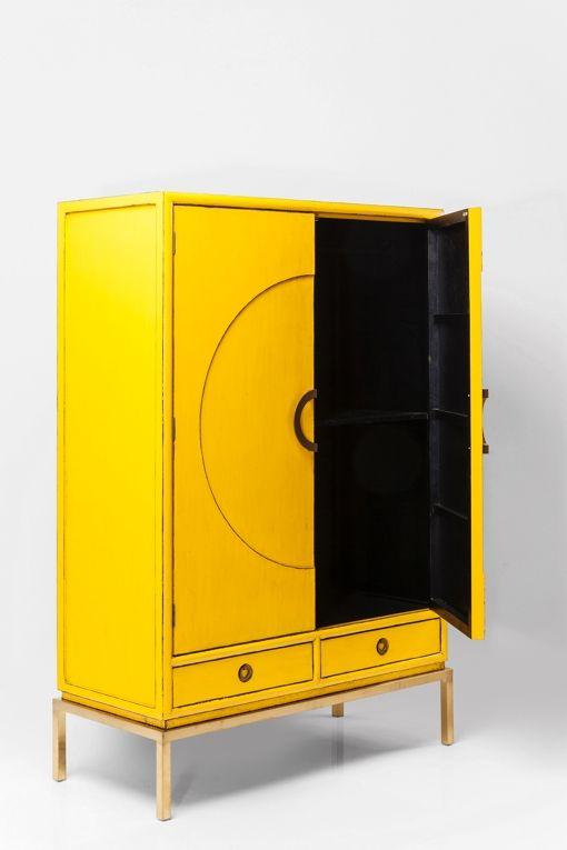 Ett stort vackert skåp i klar gul antikmålad finish