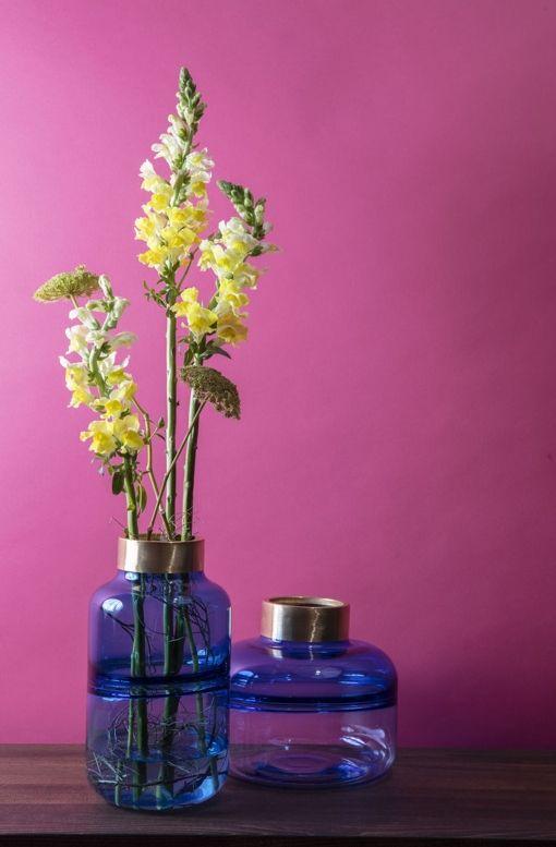 Klarblå vaser glas med dekorativ kant i borstad mässing