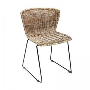 En ovanligt snygg matstol i konstrotting - tålig även att ha utomhus