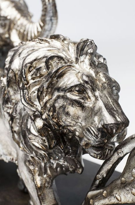 Vacker skulptur och inredningsdetalj med lejon, elefant, giraff