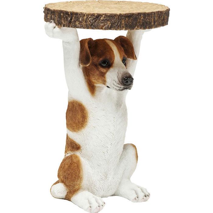 Sidobord Jack Russel hund sitter med tassarna uppsträckta och håller bordsskivan i form av ett avsågat träd med bark på sidan och ådringen på ovansidan.