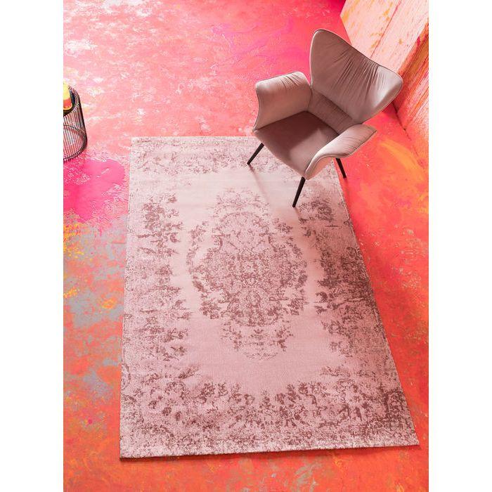 En puderfärgad matta med vackert diskret mönster. Mattan är 170 x 240 cm.