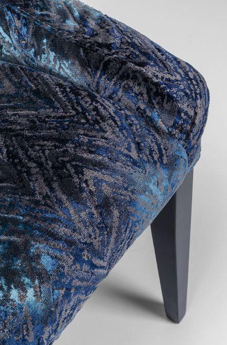 Stolen har ett mycket elegant tyg i mörkblå skiftande nyanser