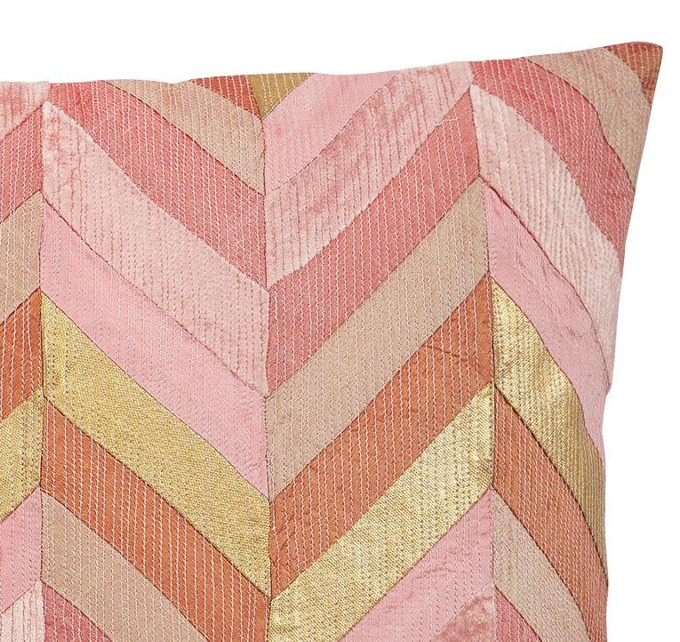 Dekorkudde i rosa nyanser med inslag av guldmetallic
