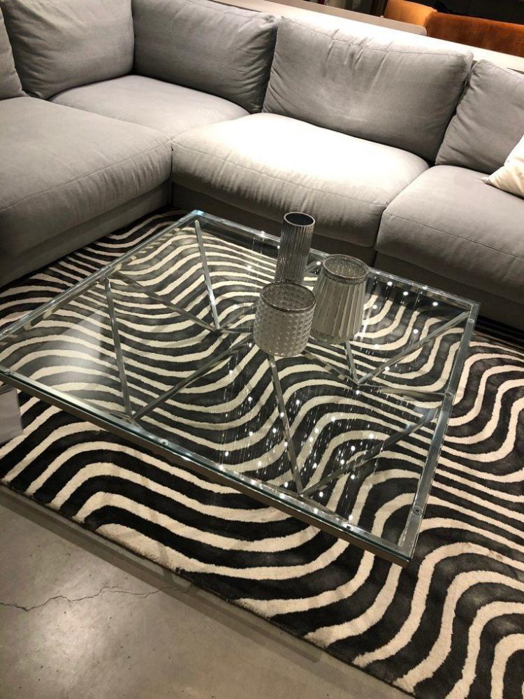 Ett stort elegant soffbord i glas och blankt krom