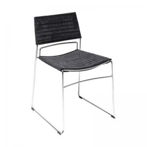 En stilren stol med elegant kromat underrede och sits i svart sammet