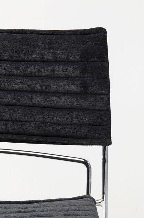 En bekväm svart matstol eller mötesstol i krom och sammet