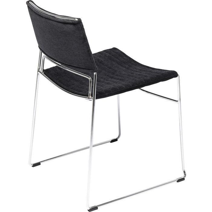 Elegant stol med stramt underrede i krom och sits i svart textil