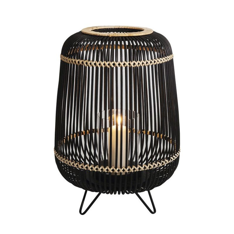 En stor och stilren lykta i naturfärgad och svart bambu