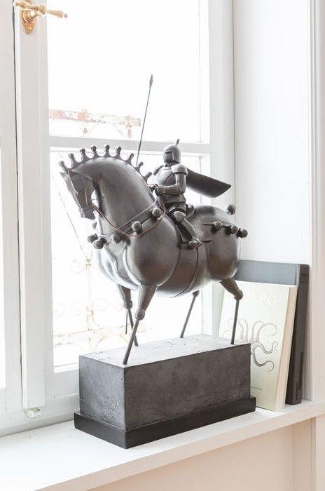 En pampig, modern skulptur av en Black Knight