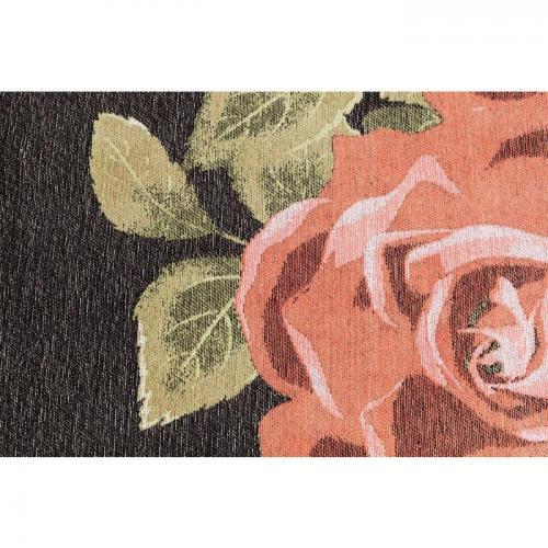 En stor dekorativ matta med svart botten och en stor ros som motiv