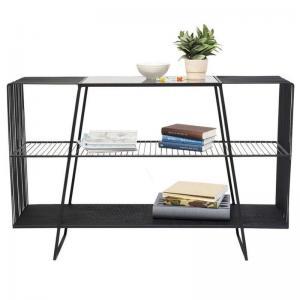 Hylla bord med tre plan i svarta stänger översta skivan i svart färgat glas. Mått: höjd 78 x bredd 120 x djup 32 cm