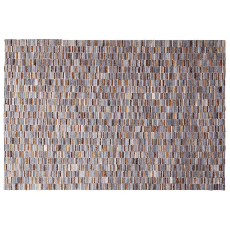 En ovanligt vacker matta i nyanser av grå och bruna toner i läder
