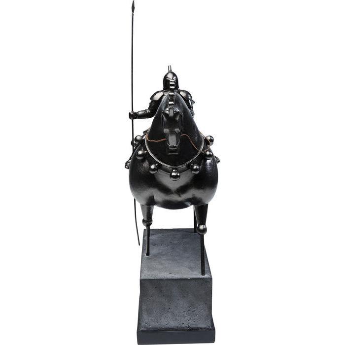 En hög skulptur av riddare på hästrygg