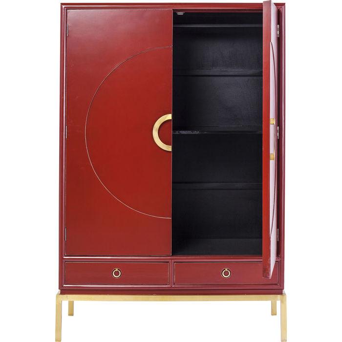 Ett vackert skåp eller garderob i mörk röd lack med detaljer i mässing
