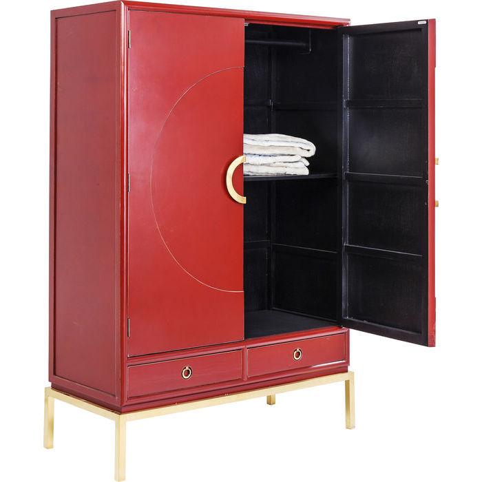 Ett stort fristående skåp i röd lack med antik patina
