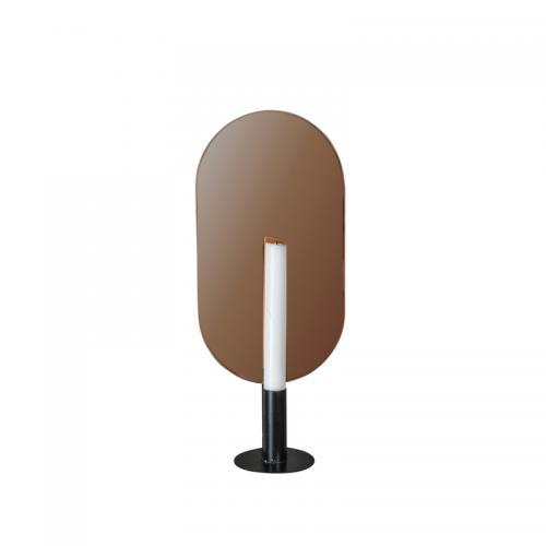 Väggljusstake för ett ljus, varmtonat spegelglas bakom ljushållaren. Mått: höjd 37 x bredd 17 cm.