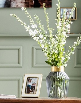 En stor dekorativ vas i grå blå nyans