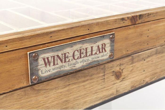 Ett fint, rustikt soffbord i patinerat trä och fina detaljer