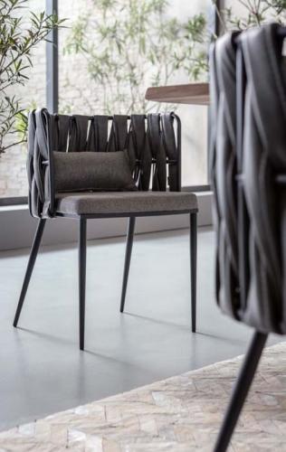 Modern matrumsstol i nytänkande design, här i grått.