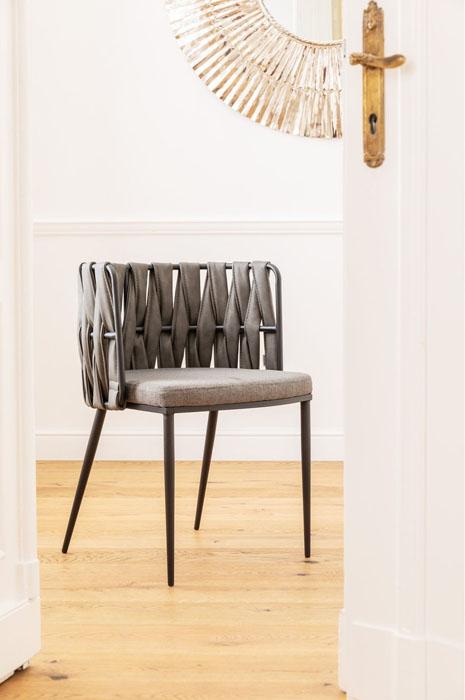 En modern grå karmstol i kreativ design - som matstol och mötesstol