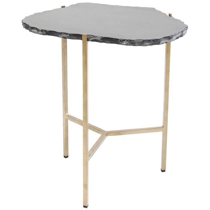 Ett annorlunda litet bord med bordsskiva i huggen granit