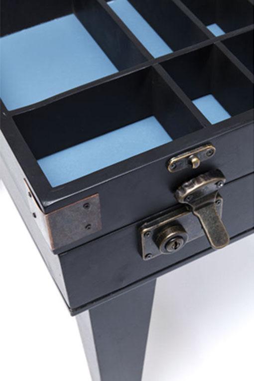 Ett fint svart sidobord med fack för samlarobjekt och vinflaskor m.m.