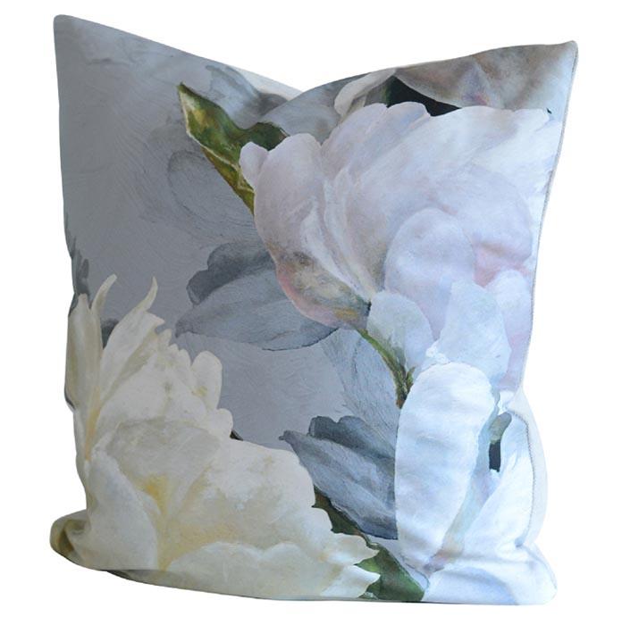 En blommig kudde med pioner i ljusa pasteller - från Designers Guild