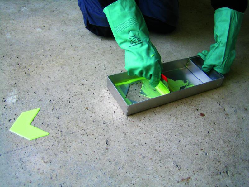 Målade efterlysande golvpilar