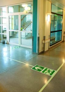 Efterlysande utrymningsskylt på golv