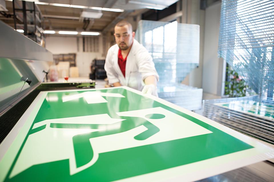 ISO utrymningsskylt produktionsbild | Everglow.se