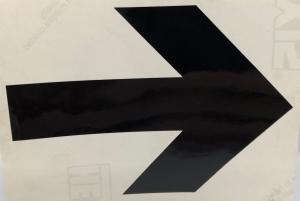 Självhäftande svart pil till målad linje