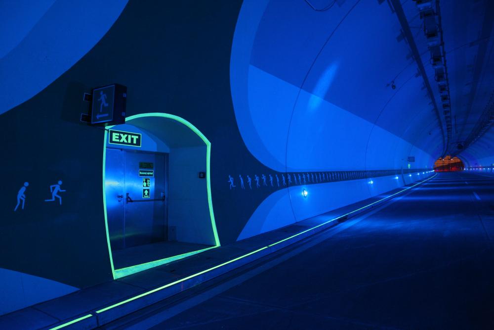 Utrymningsmarkering i mörk tunnel | Everglow.se