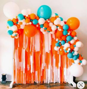 Organisk ballongbåge med draperi vägg